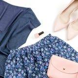 Одежды и аксессуары женщины непринужденного стиля лета современные - голубые верхняя часть и юбка, розовые насосы с муфтой Взгляд Стоковые Фотографии RF