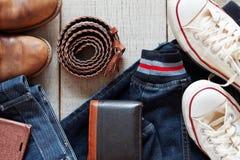 Одежды и аксессуары на деревянном стоковые фотографии rf