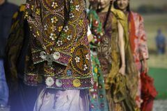 Одежды казаха национальные Одежды с изображением орнаментов стоковые фотографии rf