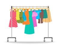 Одежды лета женщин вскользь на шкафе вешалки иллюстрация вектора