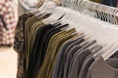 Одежды людей, строка собрания футболки, ходя по магазинам Стоковое Фото
