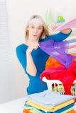 одежды складывая домашнюю женщину прачечного Стоковое Изображение RF