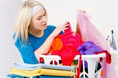 одежды складывая домашнюю женщину прачечного Стоковое фото RF