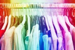 Одежды ` s женщины на вешалках Стоковые Фото
