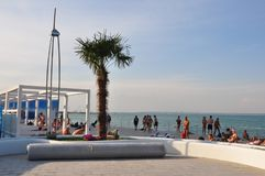 Одесса, к югу от Украины, побережье Чёрного моря, пляж Langeron, 28-ое июня 2018 Люди отдыхают на воде Главным образом пасмурный  стоковое изображение