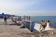 Одесса, к югу от Украины, побережье Чёрного моря, пляж Langeron, 28-ое июня 2018 Люди отдыхают на воде Главным образом пасмурный  стоковая фотография rf