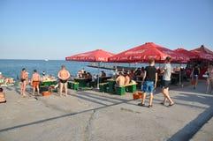 Одесса, к югу от Украины, побережье Чёрного моря, пляж Langeron, 28-ое июня 2018 Люди отдыхают на воде Главным образом пасмурный  стоковое фото