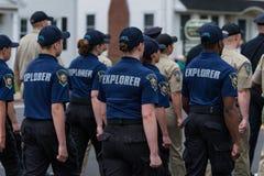 Одетые в форму полицейские и кадеты во время марша парада Стоковые Изображения