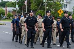 Одетые в форму полицейские и кадеты во время марша парада Стоковые Фотографии RF