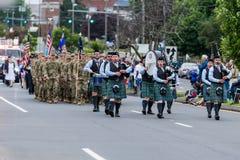 Одетые в форму солдаты и игроки трубы сумки во время парада маршируют Стоковое Изображение RF