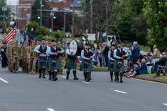 Одетые в форму солдаты и игроки трубы сумки во время парада маршируют Стоковые Изображения RF