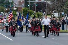 Одетые в форму солдаты и игроки трубы сумки во время парада маршируют Стоковые Фото