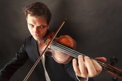 Одетый человек человека элегантно играющ скрипку Стоковые Фото