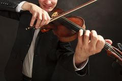 Одетый человек человека элегантно играющ скрипку Стоковая Фотография