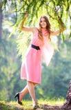 одетьйте счастливых розовых детенышей женщины Стоковое Фото