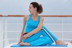 Одетьнная женщина сидит на палубе вкладыша круиза Стоковое фото RF
