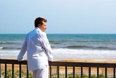 одетьнные детеныши красивого человека белые Стоковые Фотографии RF