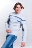 одетьнные детеныши свитера людей джинсыов Стоковая Фотография