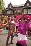 одетьнные женщины парада 2 поднимающие вверх стоковые фото
