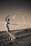 одетьнный женский гимнаст вверх по детенышам Стоковые Фото