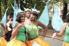 одетьнный парад 2 девушок вверх стоковые изображения