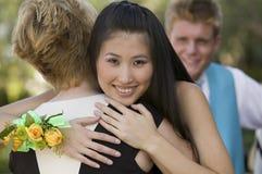 одетьно обнимающ подростки наилучшим образом стоковое изображение