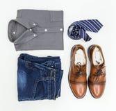 Одеяние ` s людей, рубашка, демикотон, коричневые ботинки и галстук Стоковые Изображения RF