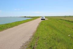Одинокая дорога вдоль залива Scardovari, Италия Стоковое Фото