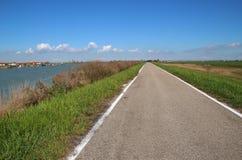 Одинокая дорога в зоне Перепаде del Po, естественном рае Италия Стоковая Фотография