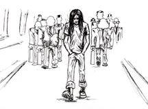 Одиночество в толпе, и ем один экстренныйый выпуск Парень в беретах и длинных волосах идет далеко от безликой толпы стоковое изображение rf