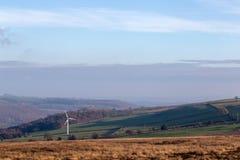 Одиночная ветротурбина в открытом английском ландшафте стоковая фотография rf