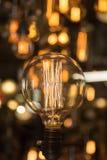Одиночная винтажная электрическая электрическая лампочка с раскаленной добела нитью Стоковая Фотография
