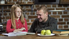 Одиночная дочь порции папы с домашней работой дома акции видеоматериалы