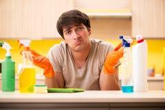 Одиночная кухня чистки человека дома стоковые фото