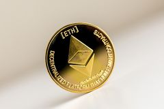 Одиночная монетка ethereum на поверхностном cryptocurrency стоковые фото