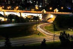 Одиночная ночь автомобиля освещает мост Калгари стоковые фото