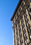 Одиночные здание и небо в Нью-Йорке стоковое фото rf