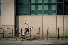 Одиночный велосипед на стойке велосипеда на улице - запертом велосипеде внешнем Стоковое фото RF