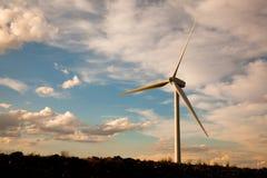 одиночный ветер турбины захода солнца Стоковые Фото