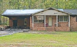 Одиночный дом кирпича семьи разрушенный огнем Стоковые Фотографии RF