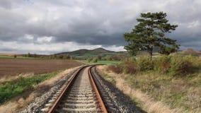 Одиночный железнодорожный путь в Ране, чехии сток-видео