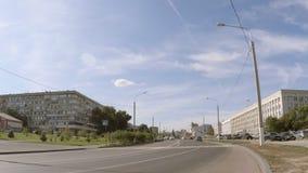 Один автомобиль управляет вниз с улицы города акции видеоматериалы