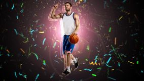 Один баскетболист на selebrating стоковое фото