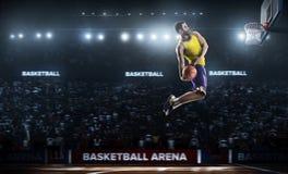 Один баскетболист скачет в взгляд панорамы стадиона стоковое изображение rf