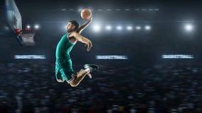 Один баскетболист скачет в взгляд панорамы стадиона стоковое изображение