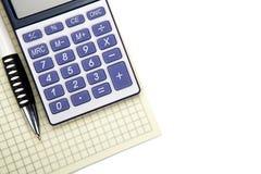 Один большой калькулятор с желтой чековой книжкой и канцелярские принадлежности на whi стоковая фотография