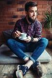 Один бородатый человек выпивает кофе в кафе Стоковые Изображения RF