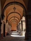 Один взгляд перспективы пункта одного из коридоров ` El Nigromante ` Centro бывший-монастыря культурного в San Miguel de Альенде стоковое фото