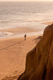 один гулять человека пляжа Стоковые Фото