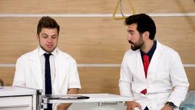 Один доктор rebuking его коллега сток-видео
